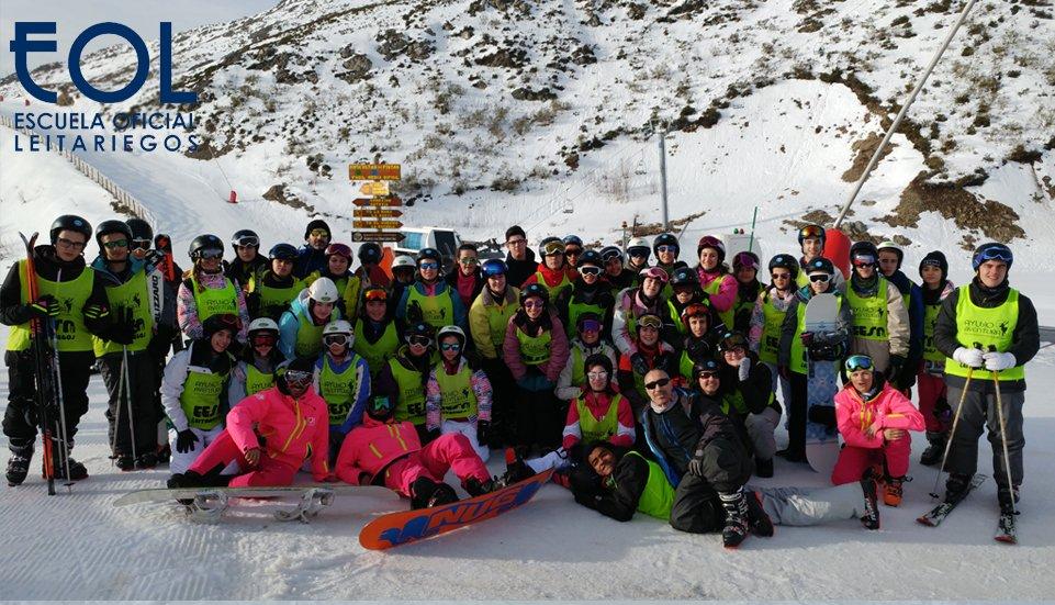 Grupos de escolares en la nieve